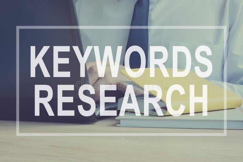 As palavras-chaves pesquisam para o conceito de SEO foto de stock