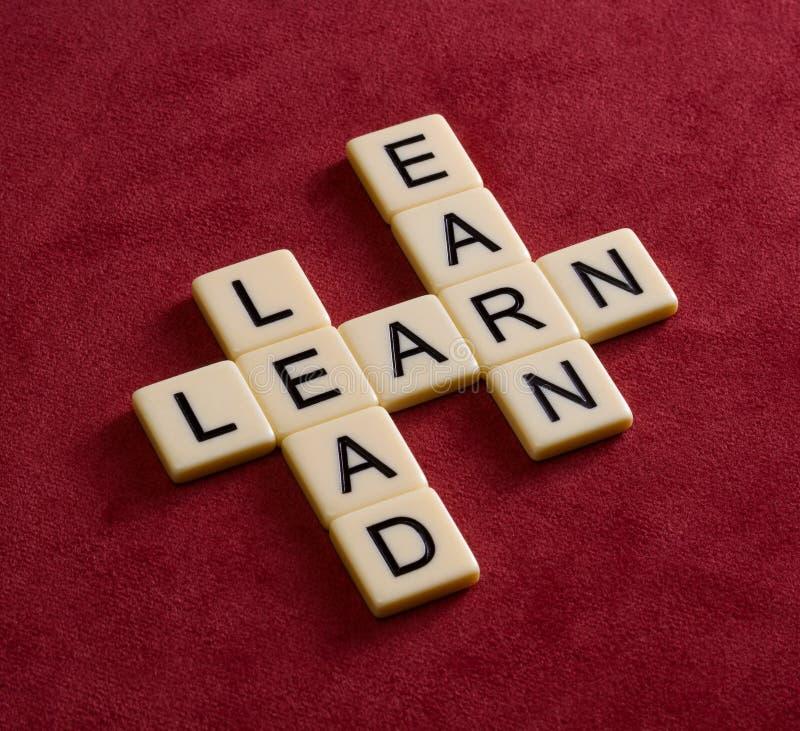 As palavras cruzadas com palavras aprendem, conduzem e ganham Engodo da liderança fotos de stock royalty free