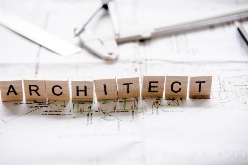 As palavras de conceitos do arquiteto recolheram nas palavras cruzadas com cubos de madeira imagem de stock
