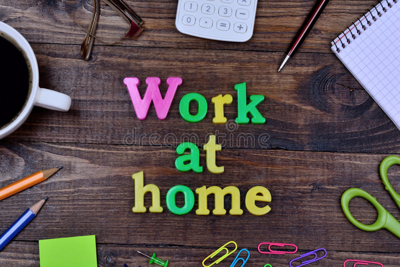 As palavras trabalham em casa na tabela fotografia de stock royalty free