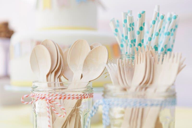 As palhas de madeira da cutelaria e do papel em uns frascos do doce amarrados com cozinha retorcem fotografia de stock royalty free