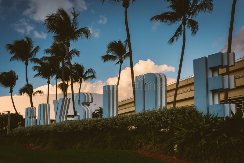 As palmeiras e Bayside assinam dentro Miami do centro, Florida foto de stock
