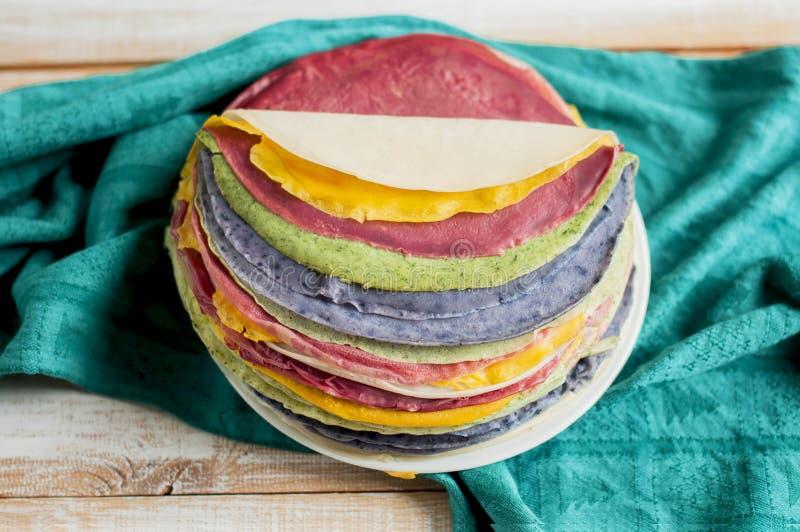 As panquecas coloridos dobraram-se sob a forma de um bolo na placa fotos de stock