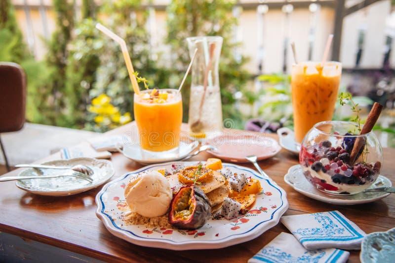 As panquecas doces com gelado do mel e da baunilha frutificam com orangotango fotografia de stock royalty free