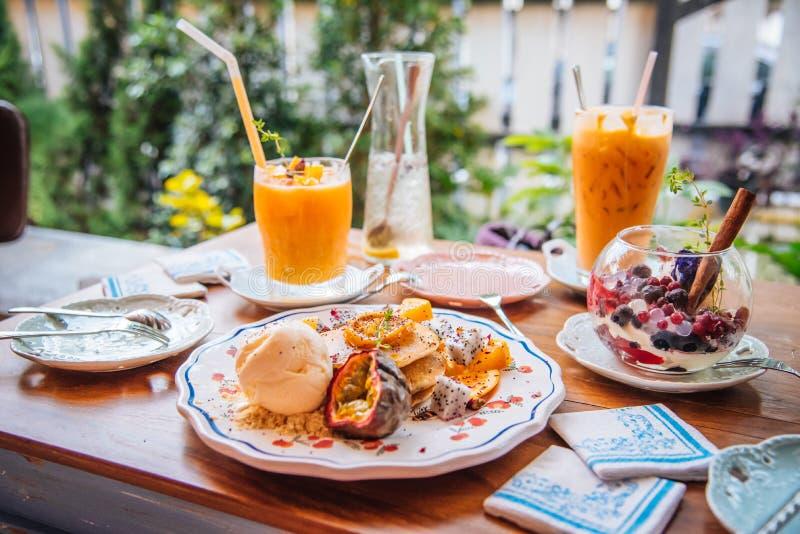 As panquecas doces com gelado do mel e da baunilha frutificam com orangotango fotos de stock royalty free