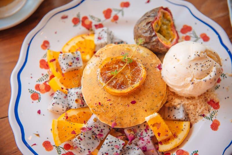 As panquecas doces com gelado do mel e da baunilha frutificam com orangotango fotos de stock