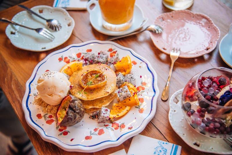 As panquecas doces com gelado do mel e da baunilha frutificam com orangotango imagens de stock royalty free