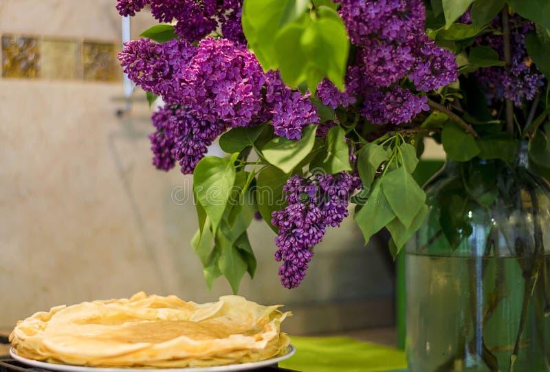 As panquecas tomam o pequeno almoço lilás saudável do leite da farinha da nutrição imagens de stock royalty free