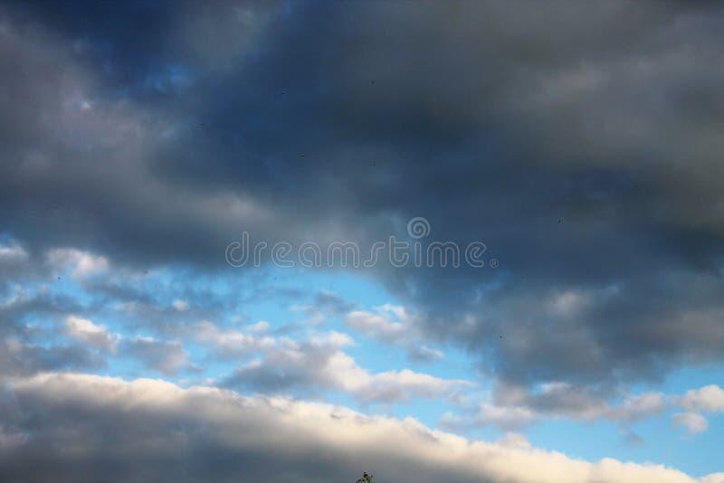 As paradas da chuva e as nuvens cancelaram a condução a um céu azul imagem de stock royalty free