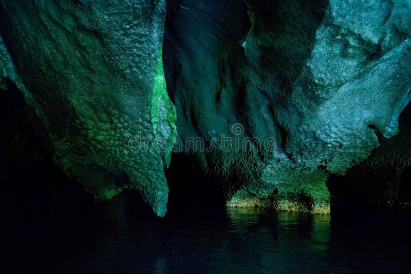 As paredes da caverna em que o rio subterrâneo navegável o mais longo no mundo flui Puerto Princesa, Palawan, Filipinas foto de stock