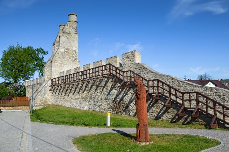 As paredes da cidade e a porta de Cracow, Szydlow, Polônia imagem de stock royalty free