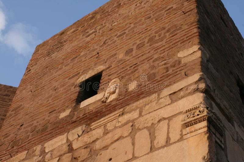 As paredes da fortaleza velha no monte em Ancara fotografia de stock