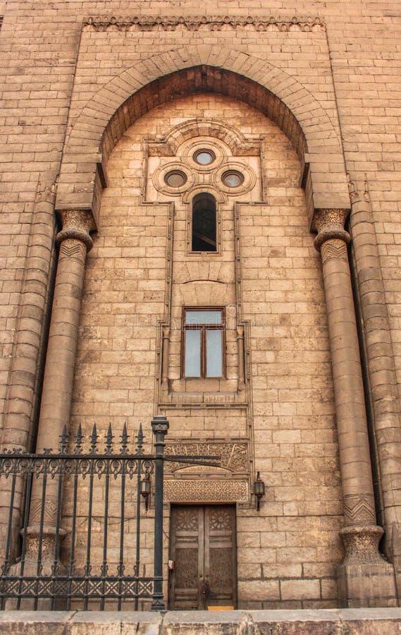 As paredes de uma mesquita antiga no Cairo velho, Egito imagens de stock