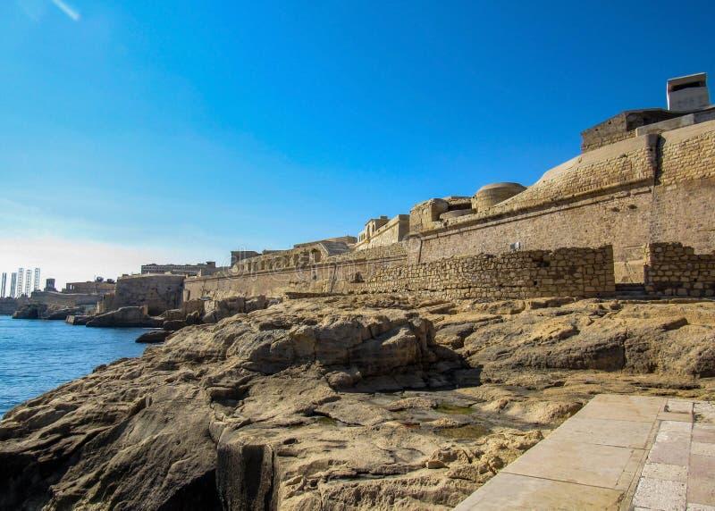 As paredes defensivas e outras fortificações cercam o capital de Valletta, Malta, UE imagens de stock royalty free
