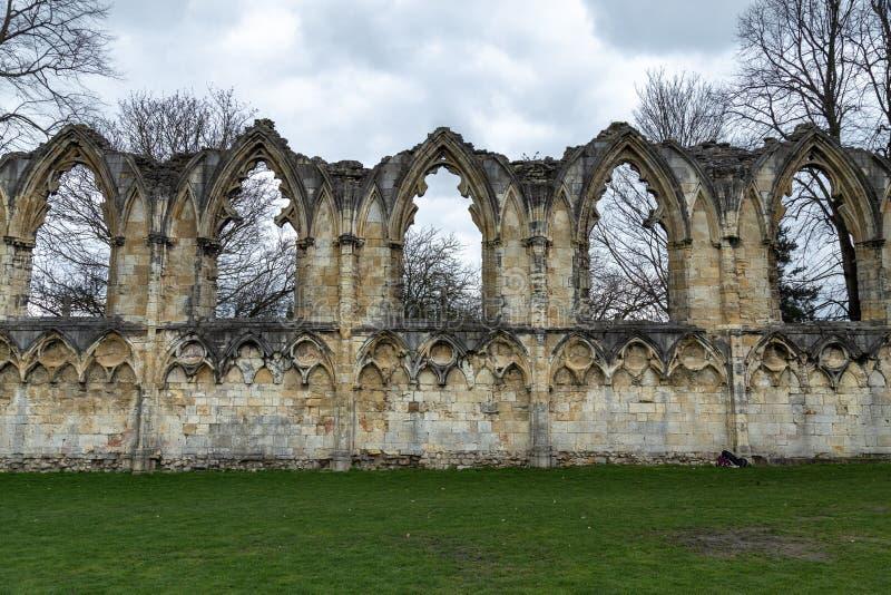 As paredes medievais arruinadas do St Mary ' abadia de s, York imagem de stock