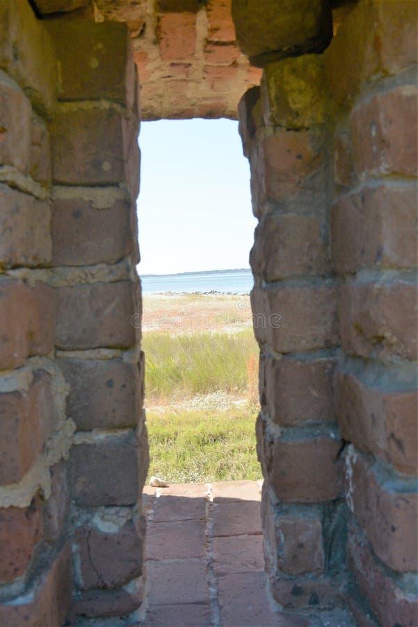 As paredes no rebitamento do forte têm as janelas que permitem inspeçãos visuais da entrada de um placl seguro imagens de stock