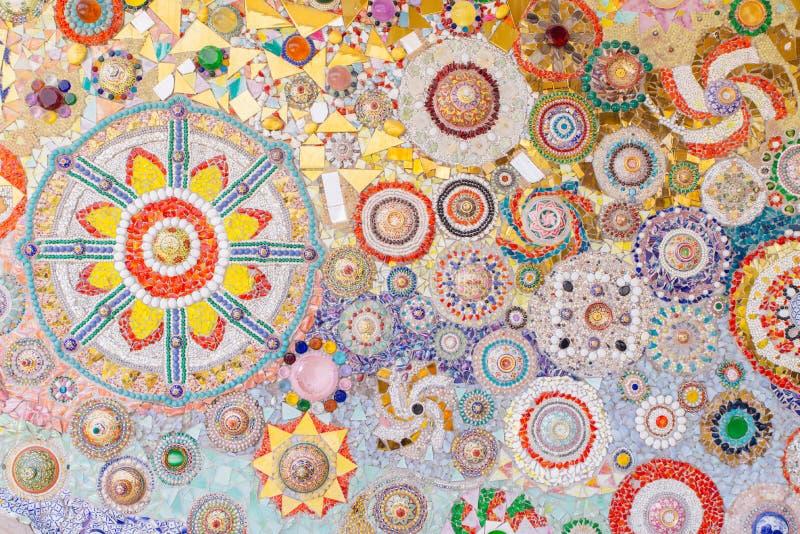 As paredes são decoradas com telhas e grânulos, fundo da textura imagens de stock