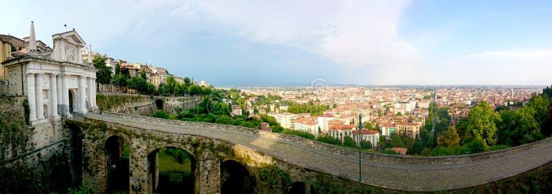 As paredes Venetian da cidade de Acient em torno de Bergamo viram do `` citta Alta `` imagem de stock