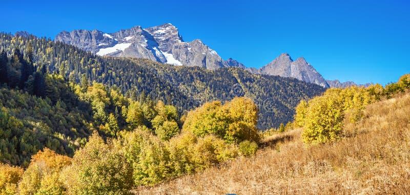 As partes superiores da escala caucasiano principal, na montanha direita de Turya fotografia de stock royalty free