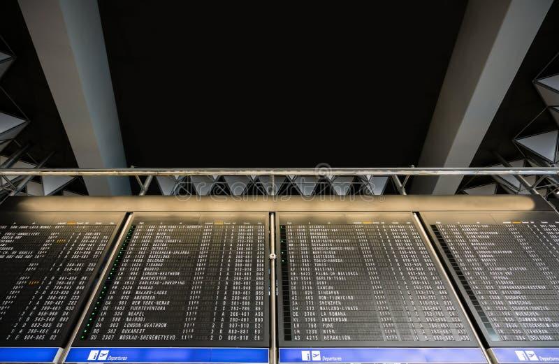 As partidas e as chegadas Timeboard no aeroporto moderno com cópia espaçam o texto aqui imagem de stock