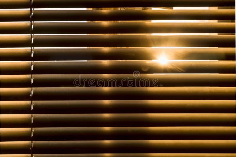 As passagens do sol através das cortinas imagens de stock royalty free