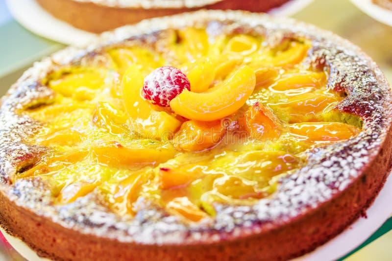 As pastelarias francesas indicam sobre uma loja dos confeitos em França foto de stock