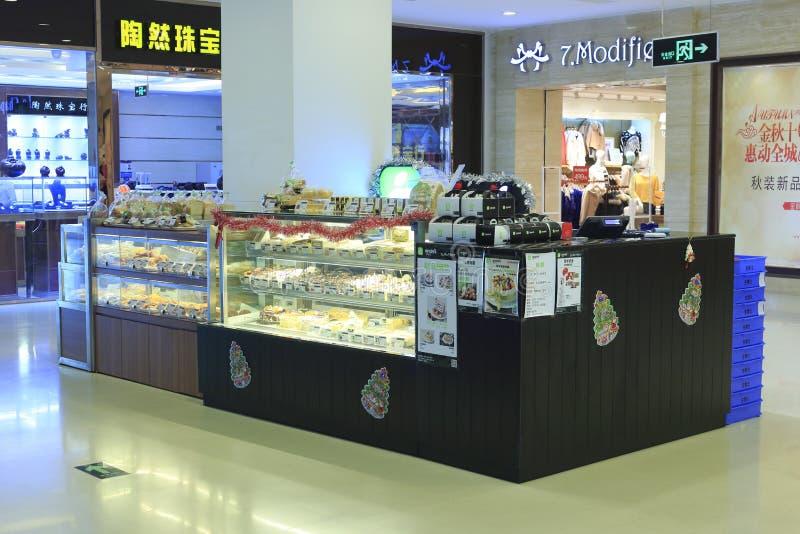 As pastelarias frescas encontram-se em prateleiras de loja fotos de stock royalty free