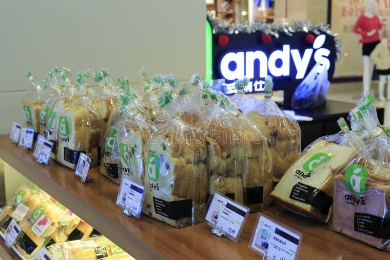 As pastelarias frescas encontram-se em prateleiras de loja imagem de stock royalty free