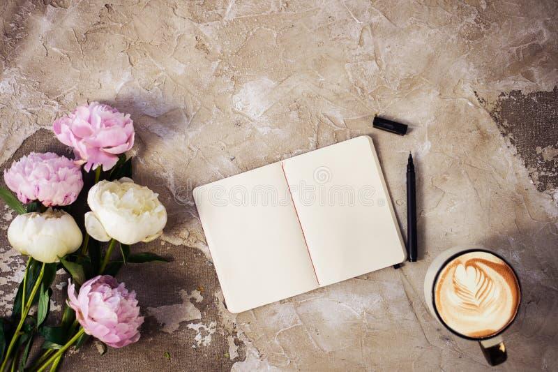 As peônias cor-de-rosa frescas florescem no fundo de madeira envelhecido Configuração lisa Vista superior com espaço da cópia Foc foto de stock royalty free