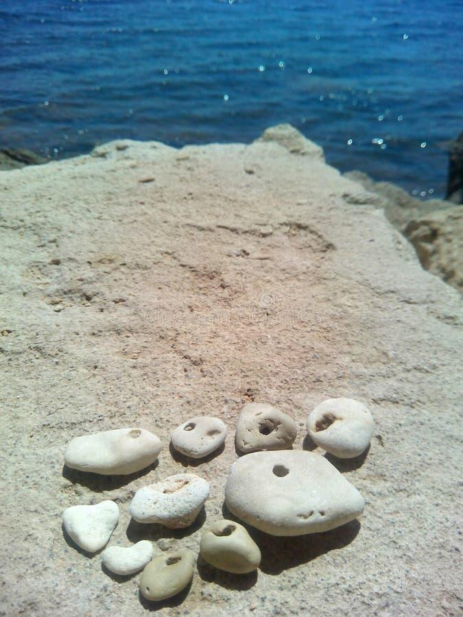 As pedras bonitas em uma pedra do mar balançam o fundo imagem de stock