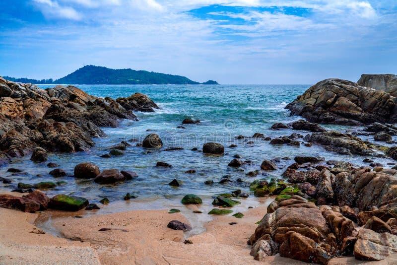 As pedras da paisagem alinham na praia fotografia de stock royalty free