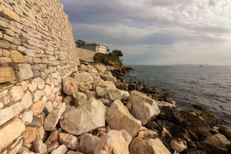 As pedras do Seascape obstroem o tonebeach do mar do por do sol fotografia de stock royalty free