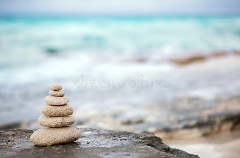 As pedras do zen, oceano do fundo, veem, colocam para a meditação perfeita foto de stock