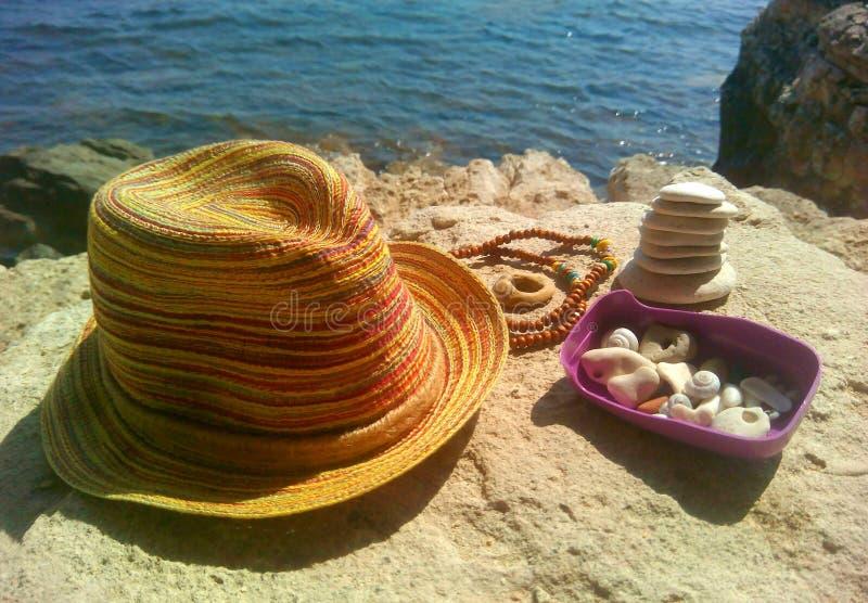 As pedras e o chapéu bonitos em um mar apedrejam o fundo da rocha imagens de stock