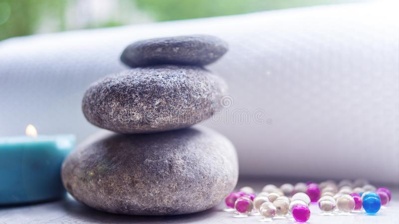 As pedras e as toalhas, óleos da aromaterapia e outros artigos Termas do conceito imagens de stock royalty free