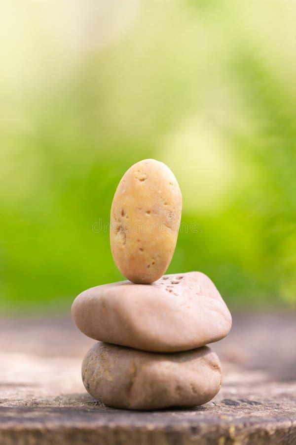 As pedras empilharam a meditação para o fundo ou o papel de parede fotografia de stock