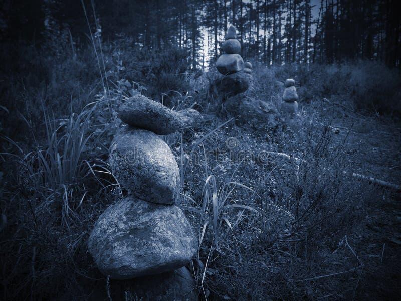 As pedras empilharam a pirâmide fotografia de stock
