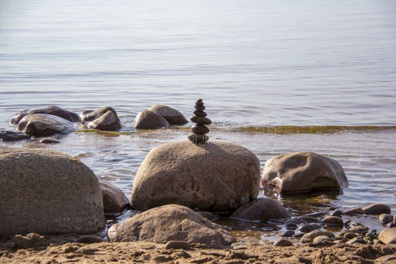 As pedras equilibram em um fundo do mar fotografia de stock