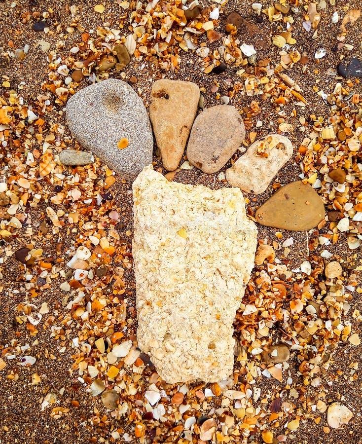 As pedras equilibram na praia, fundo do tiro do nascer do sol fotografia de stock royalty free
