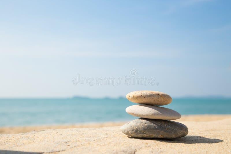 As pedras equilibram, pilha dos seixos na praia da areia do mar foto de stock royalty free
