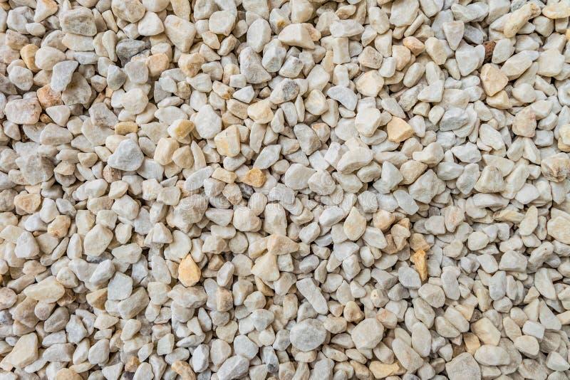 As pedras esmagadas decorativas brancas para a paisagem projetam, decoração que ajardina jardins e parques fotos de stock