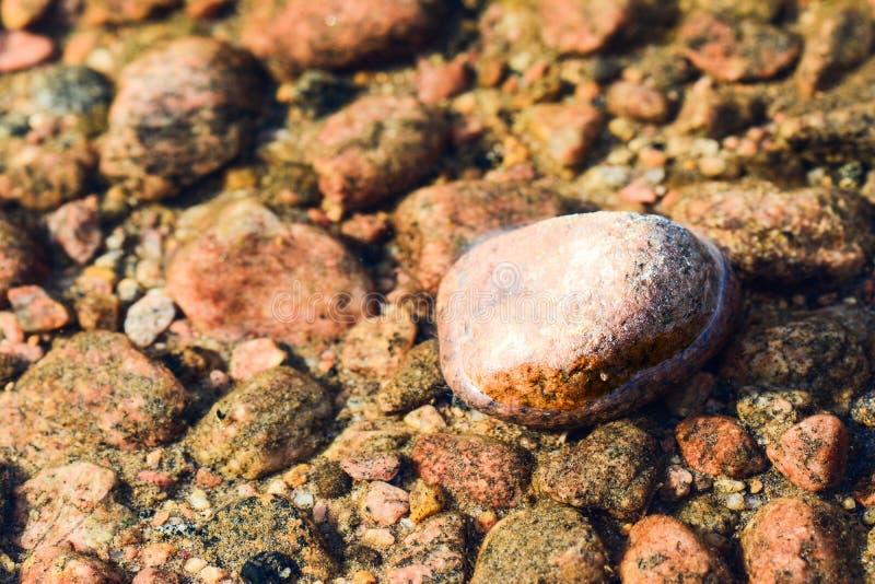As pedras pelo lago tomam partido em testes padrões diferentes fotos de stock