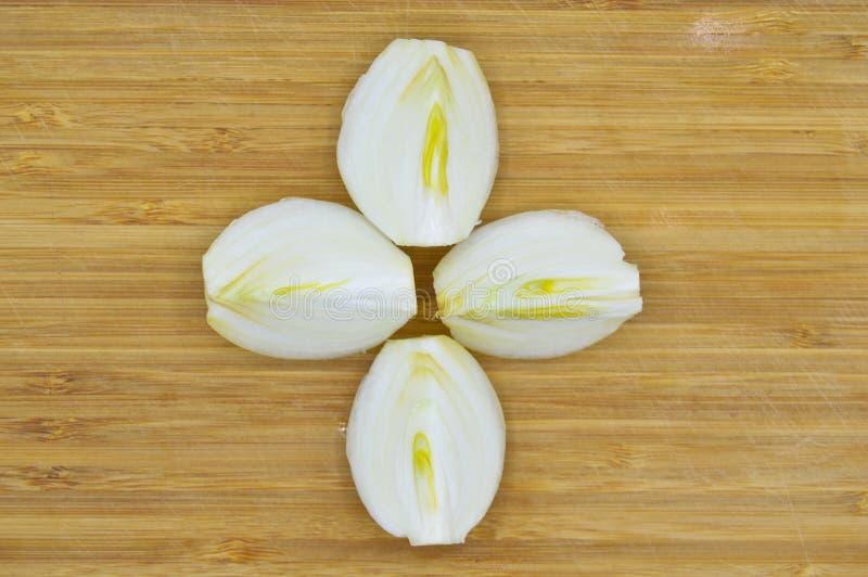 As peles de cebola branca descascaram e racharam fotografia de stock