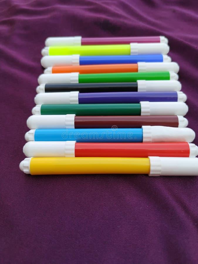 As penas coloridos coloridas de feltro das penas de marcadores tiram a linha fotos de stock royalty free