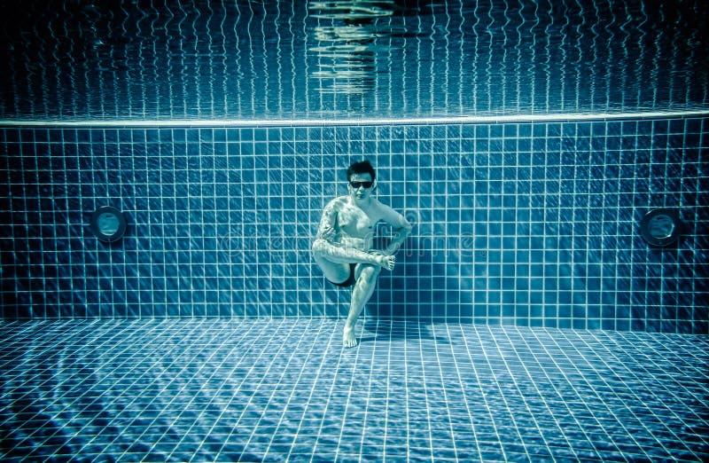 As pessoas encontram-se sob a água em uma piscina fotos de stock