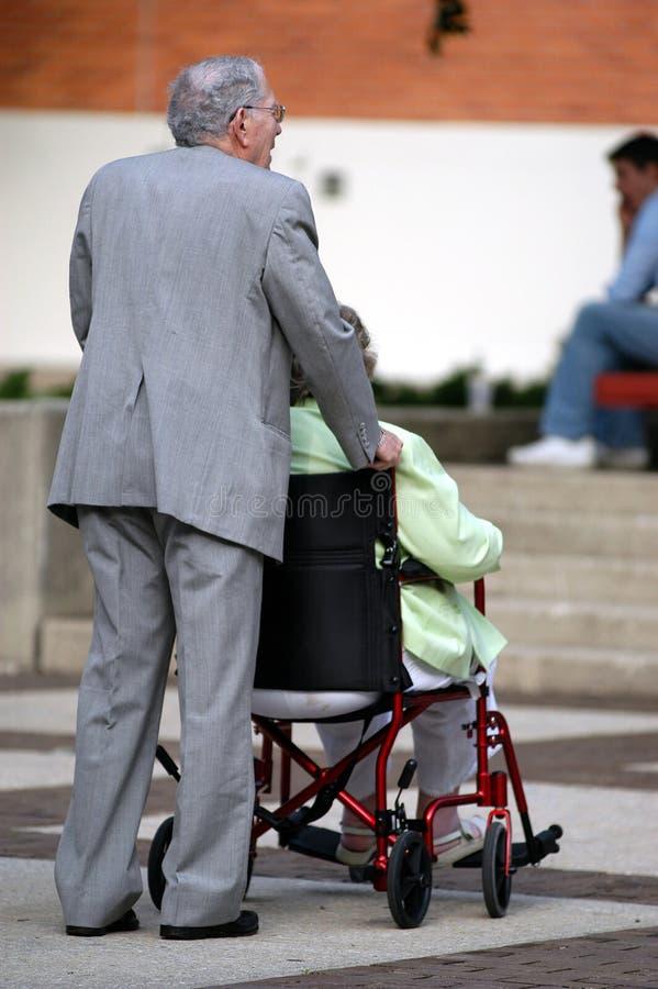 As pessoas idosas ajudam a pessoas idosas foto de stock