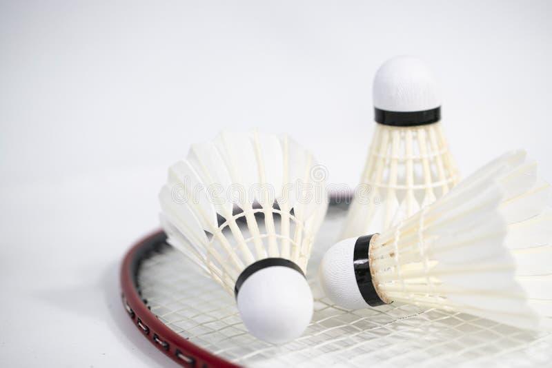 As petecas brancas do badminton colocam no fundo branco da tabela fotos de stock