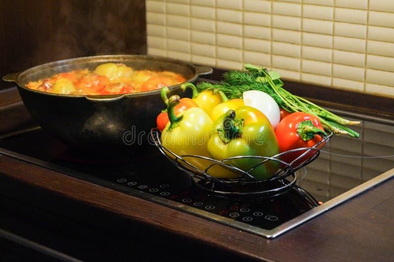 As pimentas doces enchidas com carne estão sendo cozinhadas em um caldeirão fotografia de stock