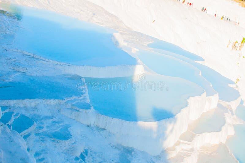 As piscinas pequenas completas da água nas rochas brancas feitas do carbonato de cálcio fotografia de stock
