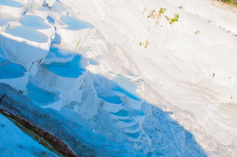 As piscinas pequenas completas da água nas rochas brancas feitas do carbonato de cálcio imagens de stock
